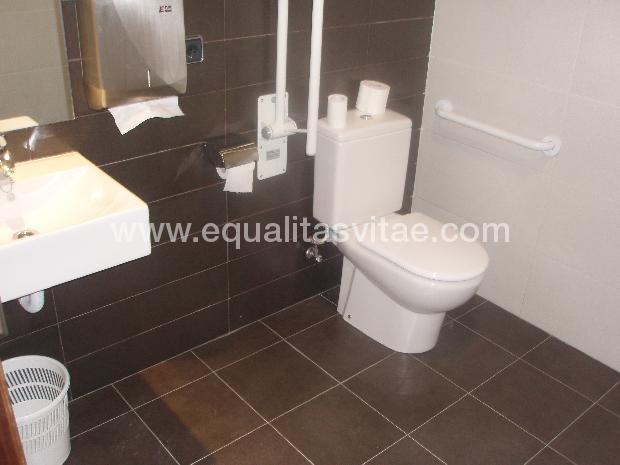 Dimensiones Baño Adaptado:image of Baño adaptado para discapacitados en zonas comunes del Hotel
