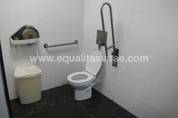 Santuario de montserrat accesible en barcelona barcelona for Puerta bano discapacitados