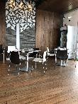imagen de Zona comedor, mesas accesibles que permiten acercamiento a usuarios en silla de ruedas. Asador Sarrión Vía verde, Teruel.