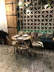 imagen de Una de las diferentes mesas del Restaurante la mafia se sienta a la mesa en Cáceres.