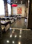 imagen de Zonas restaurante con mesas que permiten acercamiento frontal en silla de ruedas.