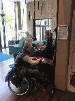 imagen de Recepción con zona adaptada para usuarios en silla de ruedas. Motel One Leipzig Ausutusplatz.