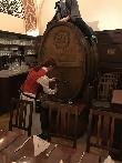 imagen de Interior del restaurante, empleado sirviendo cerveza. Auerbachs keller.