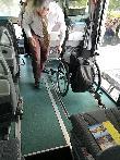 imagen de Conductor de autobus anclando la silla para su seguridad y sujección. Omnibus Steffen Beck Gmbh.