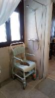 imagen de Ducha de suelo continuo en la habitación accesible del hotel Grecorooms, Toledo.