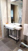 imagen de Lavabo del baño adaptado de la habitación accesible. Hotel Grecorooms, Toledo.