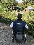 imagen de Usuario en silla de ruedas observando uno de los espacios del zoo de Landau.