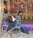 imagen de Espacio de acercamiento a la cama en una de las habitaciones accesibles del Hotel Riad Tarzout. Imagen tomada de www.riad-tarzout.com