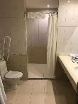 imagen de Baño adaptado de la habitación. Hotel Petro Palace, San Petersburgo.