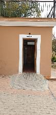 imagen de Entrada al baño accesible. Parque de la Concordia en Elche de la Sierra.