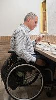 imagen de Usuario en silla de ruedas en mesa con juego inclusivo de aromas. Villa Lucía. Laguardia.