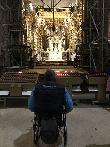 imagen de Usuario de silla de ruedas frente a la figura de Santiago Apostol. Santiago de Compostela.