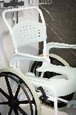 imagen de La casa cuenta con silla de ruedas para la ducha.