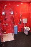 image of Uno de los 6 baños adaptados completos , equipado con inodoro, lavabo y ducha adaptada para personas con discapacidad