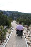 imagen de Persona usuaria de silla de ruedas en sendero accesible de el Vero