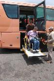 imagen de Autobús adaptado con plataforma elevadora para silla de ruedas en la Montaña del Fuego