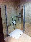 image of Ducha accesible en habitación para personas con discapacidad