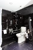 imagen de Baño accesible en habitación para personas con discapacidad Hotel Blue Coruña