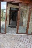imagen de Entrada con dos puertas y suelo empedrado