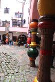 image of Columnas coloristas en el interior del patio