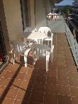 imagen de Terraza con mesa y sillas en apartamento accesible