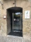 imagen de Entrada al edificio donde se encuentra ubicada la oficina de turismo de Olite y el Museo de la Viña y el Vino de Navarra.