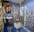 imagen de Aseo accesible con ducha y lavabo sin pie.