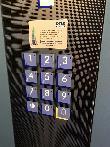 imagen de Botonera de ascensor en braille y alto relieve.
