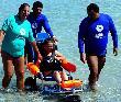 imagen de Turismo accesible, inmersión en el mar a través de silla anfibia. Imagen tomada de www.somarturismoadaptado.com
