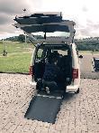 imagen de Taxi accesible para sillas de ruedas en Gijón. Acceso a través de rampa plegable