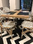 imagen de Mesas en el desayudador que permiten el acercamiento frontal en silla de ruedas. Hotel Room Mate Valerira.